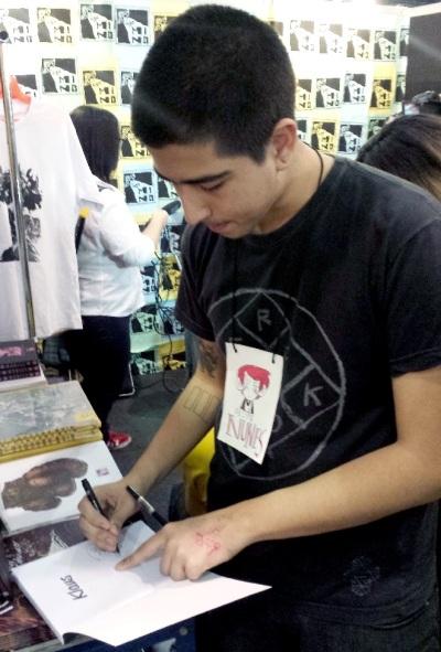 Felipe Nunes autografando 'Klaus'