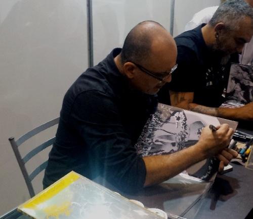 Mike Deodato Jr. autografando '3000 Anos Depois'