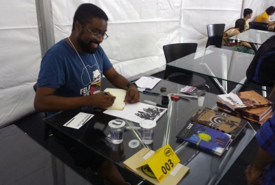 Marcelo D'Salete autografou suas obras no festival